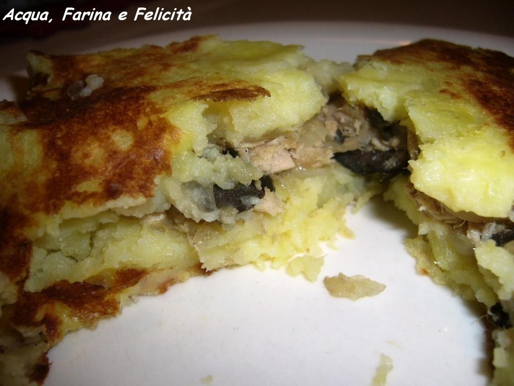 torta di patate con tonno, cipolle, olive e acciughe – senza uova e cotta in padella