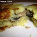 torta di patate con tonno, cipolle, olive e acciughe