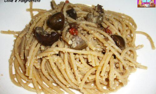 Spaghetti con Acciughe, Olive e Pangrattato