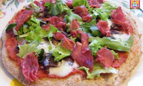 Pizza Integrale con Cipolle, Gorgonzola, Crudo e Insalata Mista