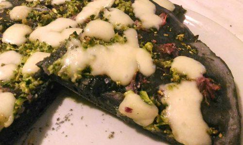 Pizza Nera con Cipolle, Zucchine e Asiago