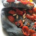 focaccia nera con pomodorini e pinoli